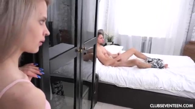 Порно Брат Дрочит В Душе